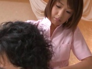 Petite teen masseuse Nanami Kawakami stimulates huge cock with mouth