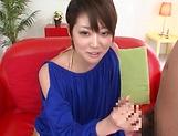 Hot Asian MILF Makoto Yuuki gives a sizzling handjob and blowjob