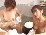 Naho Ozawa and Yuna Mizumoto cock sharing in the tub