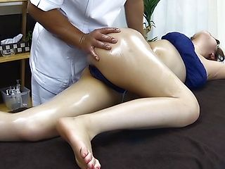 Itou Rina gets her cunt devoured by a masseur