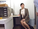 Hirose Yoko giving head at the office picture 2