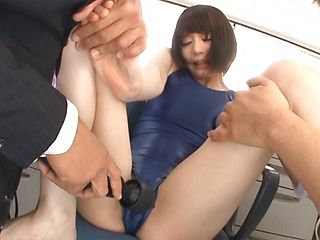 Airi Suzumura Asian milf enjoys group action in swimsuit!