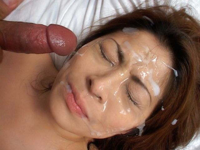 Reona Azabu Pretty Asian doll enjoys bukkake