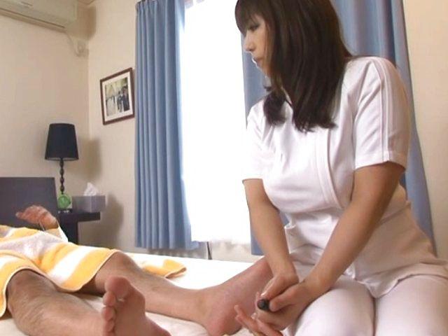 Big butt Japanese masseuse deepthroats her client