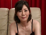 Mature woman offers herself with a premium anal play