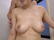 AV model Wakatsuki Mizuna gets her big tits squeezed in the bath