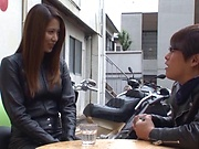 Tsuno Miho wraps her lips around a bulging shaft