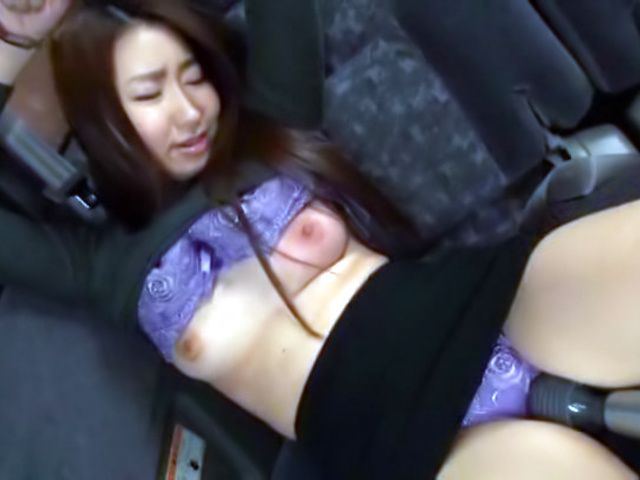 Amateur blows fat cock on the back seat.