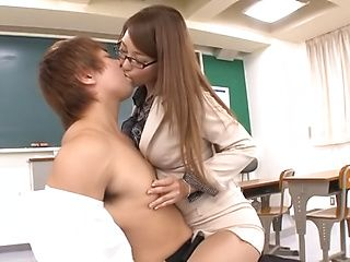 Wakana Nao passionately sucks on student's cock